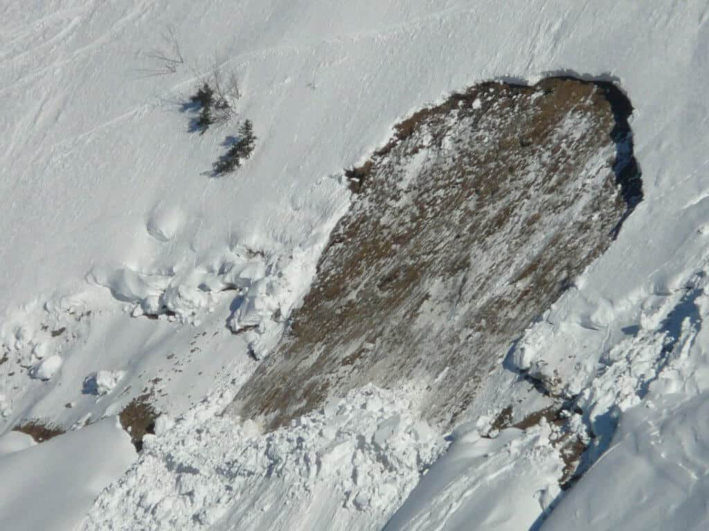 Loose-snow causing avalanche